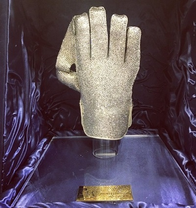 Crystallized wicket-keeper's glove award for best PSL 2017 wicketkeeper.