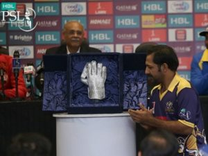 Sarfraz Ahmed unveiled best wicket-keeper trophy for PSL 2017